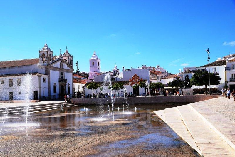 Infante D. Henrique y la plaza de Santa María Iglesia