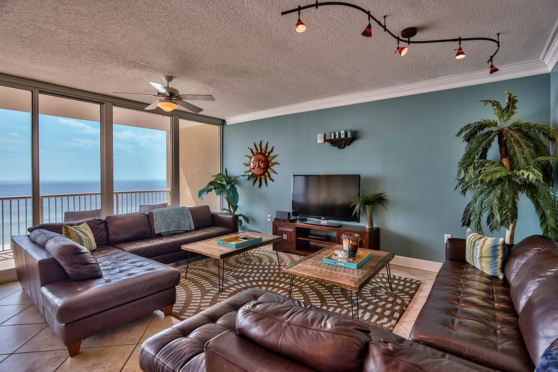 SPACIOUS main room, open concept, SONOS speaker, free wi-fi, leather sectionals