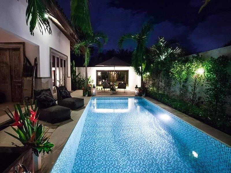 près de la piscine la nuit