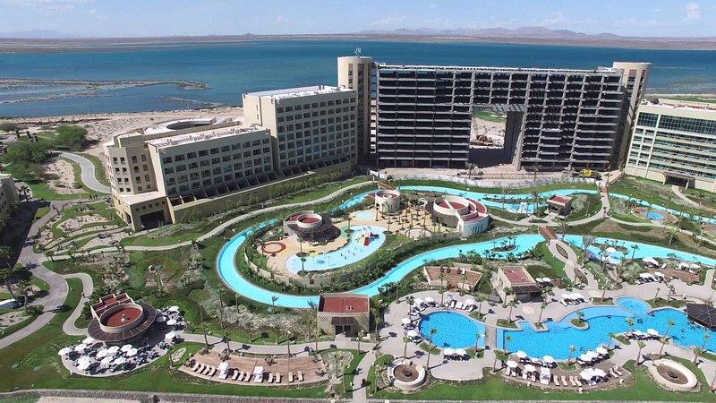 Visión general de piscinas y la playa