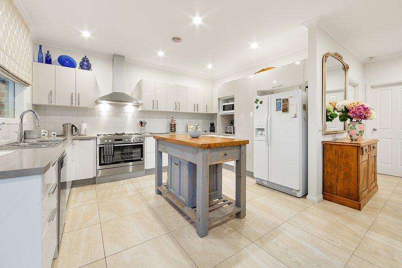 La grande cuisine bien équipée dispose de deux grands réfrigérateurs, un grand four et une cuisinière et de nombreux extras