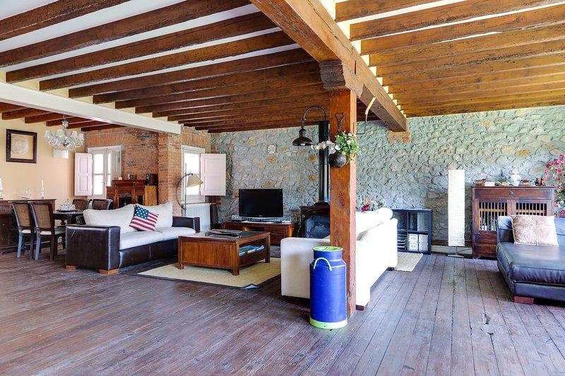 LUJOSO ÁTICO, A 3MIN DE LA PLAYA Y PUERT, EN EL CENTRO, WIFIY PARKIG FREE, holiday rental in Cantabria