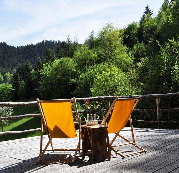 Une chambre pour deux sur la terrasse en bois au soleil