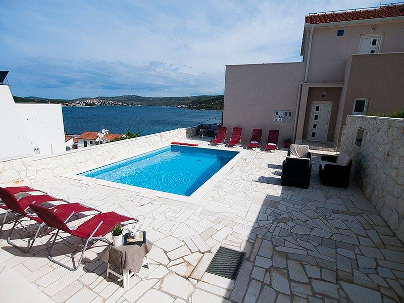 'Perfect runaway'in a quiet bay-app for 8 (Mona 8), vacation rental in Razanj