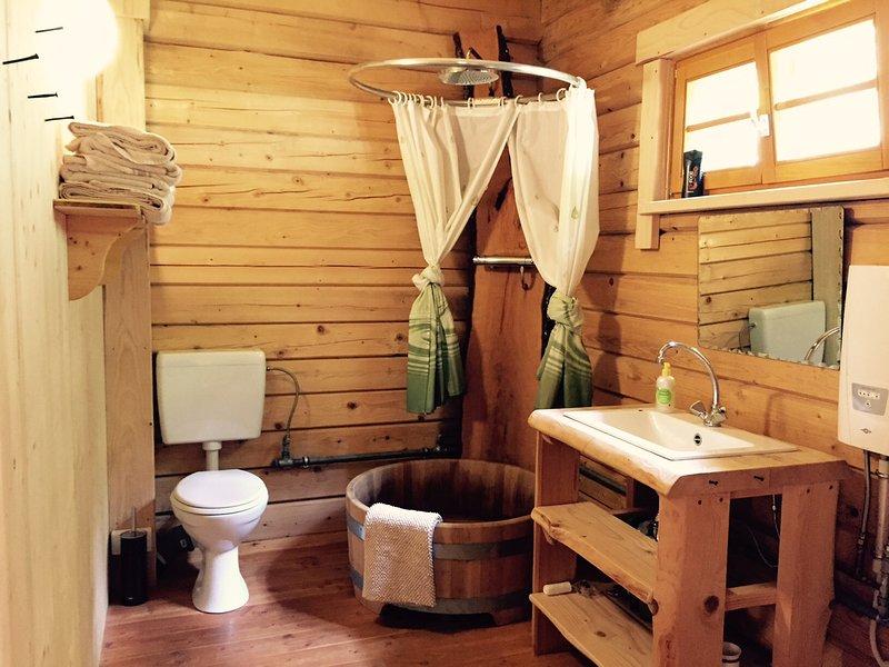 utiliser le Blockhaus après JGA célébrer la douche dans la baignoire en bois