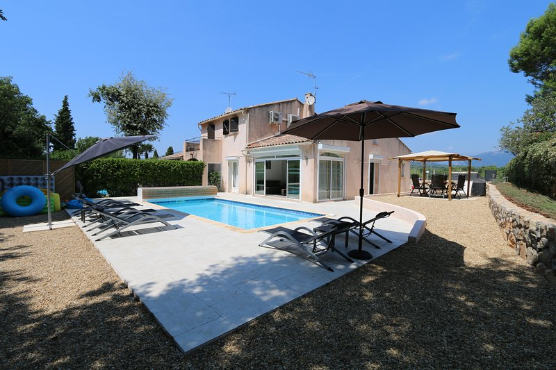 Villa sleeps 6 heated private pool  wifi  air con, Ferienwohnung in Valbonne