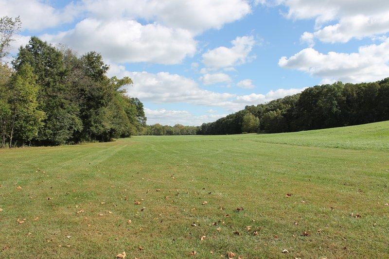El campo debajo de la casa club que se pueden configurar para el voleibol y otros juegos al aire libre.