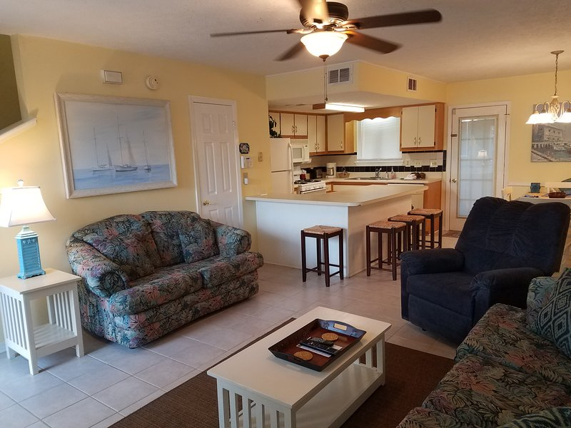 Geräumiges Wohnzimmer mit Sofa, Sofa und Sessel mit WC