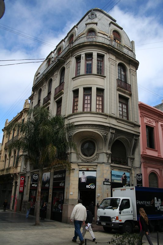 Apartment located on the 2nd floor of this apartment building on Sarandi