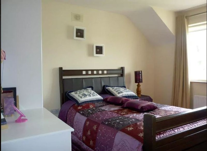 Double bedroom with ensuite. Well located, holiday rental in Cratloe