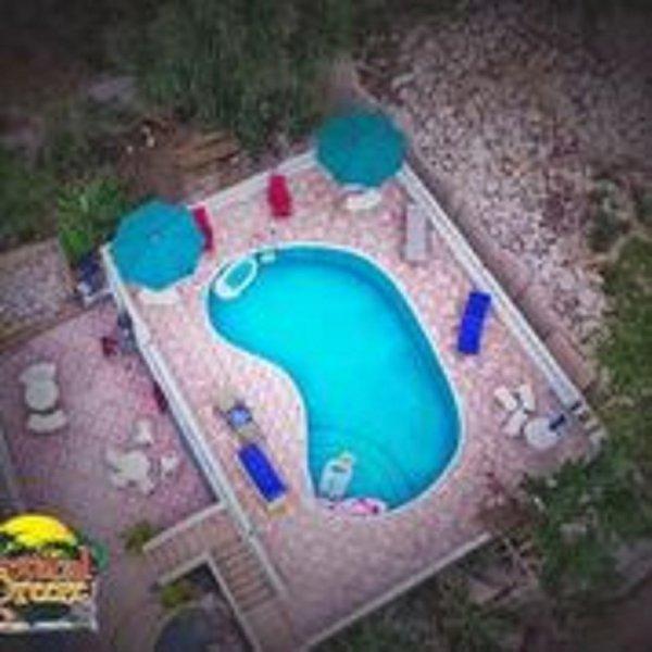Vista aérea de las áreas de la piscina cubierta y la brisa tropical.