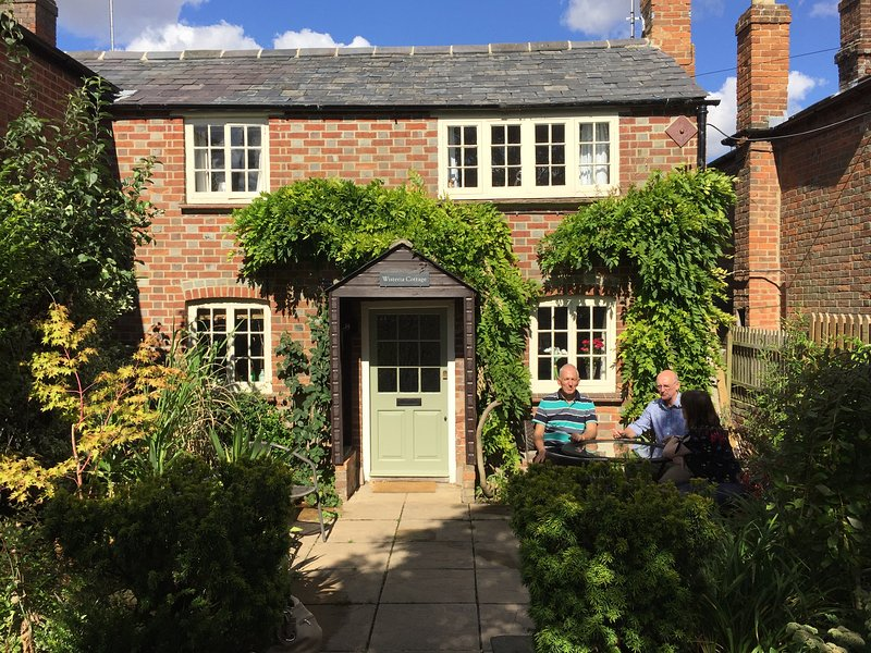 Cosy Chilterns character cottage nr Oxford and Henley as seen in Midsomer, holiday rental in Long Crendon