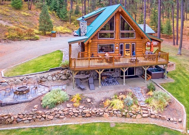 Picturesque Log Cabin on 5 Private Acres!  Hot Tub * Large Yard * WiFi, location de vacances à Cle Elum