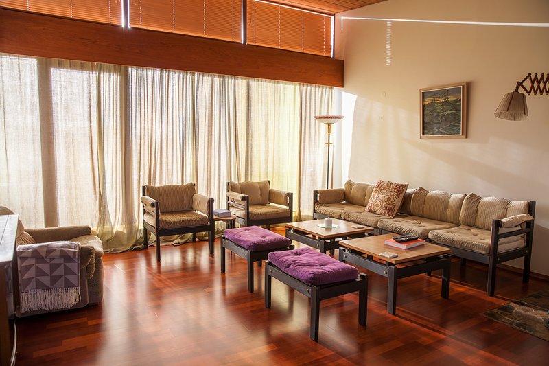 sala de estar con grandes ventanales, un balcón con calle / vista al mar + TV plana e Internet de alta velocidad