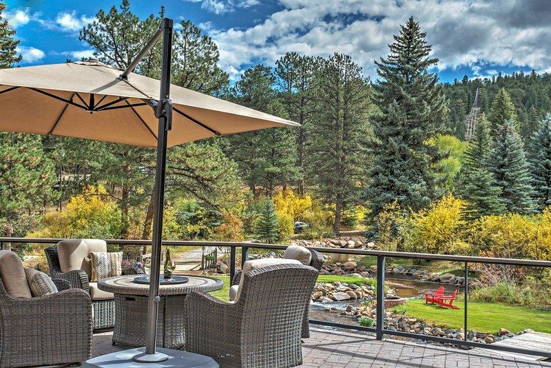 Geniet van het spectaculaire uitzicht vanaf het dek van deze Evergreen vakantiewoning huis!