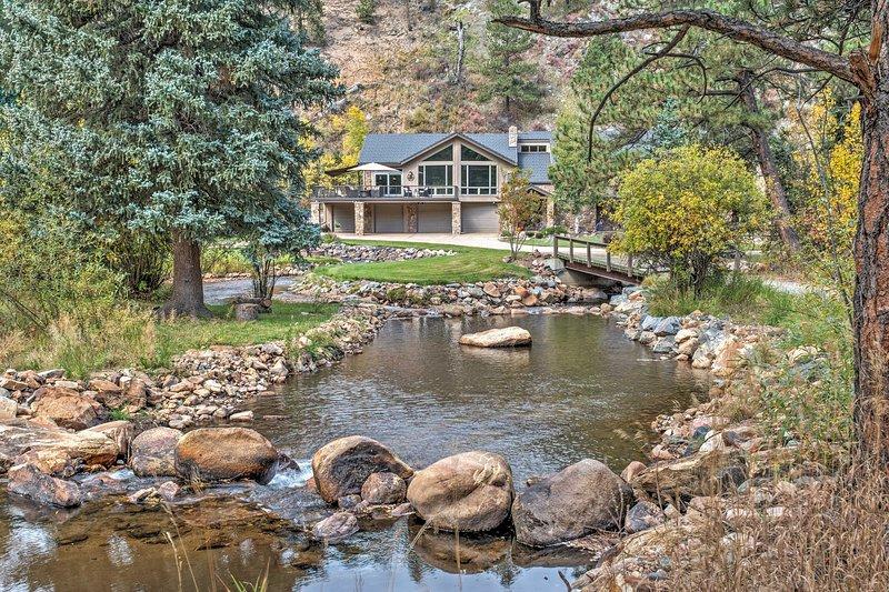 Omvat 5607 vierkante voet, dit grote huis beschikt over voldoende ruimte om zich te verspreiden en te ontspannen binnen en buiten!