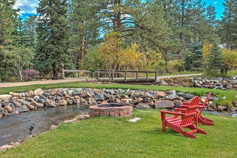 Weggestopt op een prachtige 2 hectaren land aan Upper Bear Creek, dit huis belooft een prachtig uitzicht en een ontspannen toevluchtsoord!