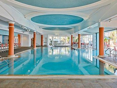 A piscina interior / exterior