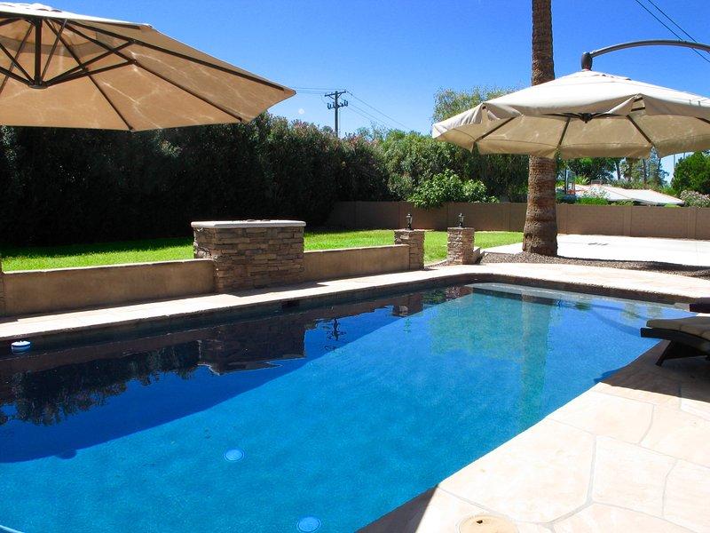 Empaparse de ese hermoso sol Az en una piscina privada de gran tamaño.
