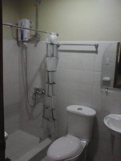 baño occidental con ducha de agua caliente