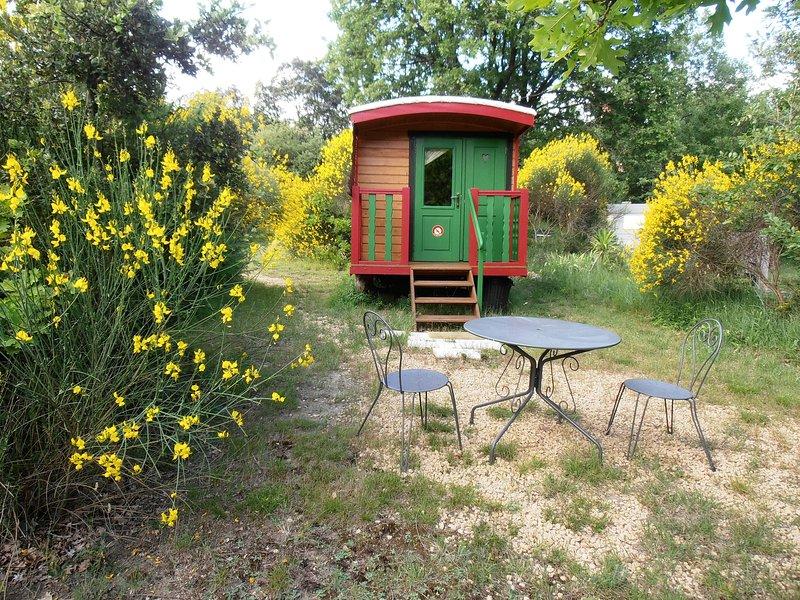 La roulotte de l'ophrys, location de vacances à Valaurie