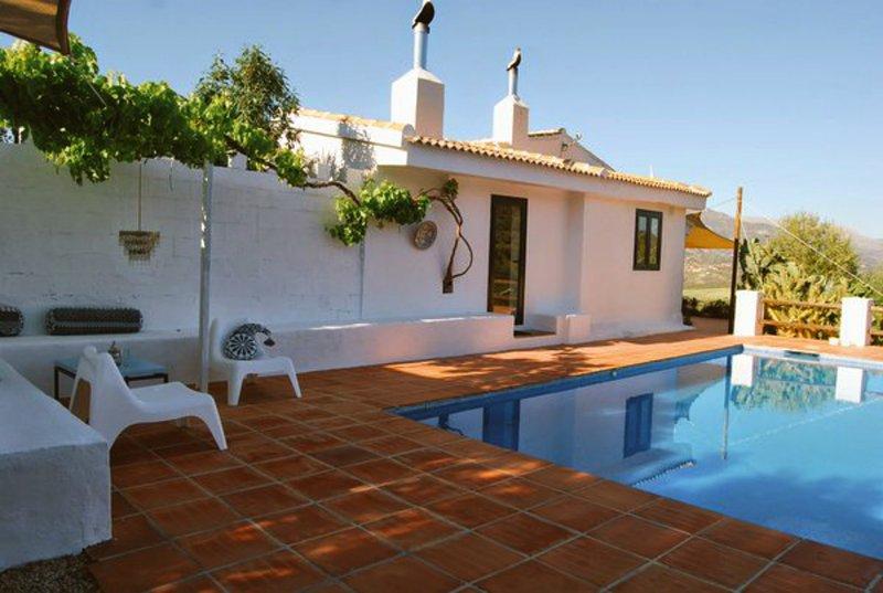 Vrijstaand vakantiehuis met zwembad op een half uur van bruisend Malaga, vacation rental in Colmenar