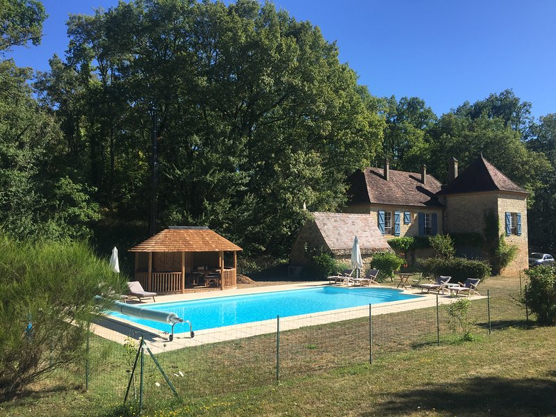CROIX DU REY - BEAUTIFUL, TYPICAL STONE HOUSE WITH HUGE GARDEN AND HEATED POOL, holiday rental in Saint Pompon