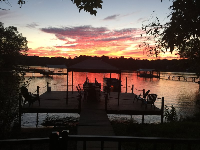 Romantic Lakeside Resort + Two Kayaks, vacation rental in Mooresville