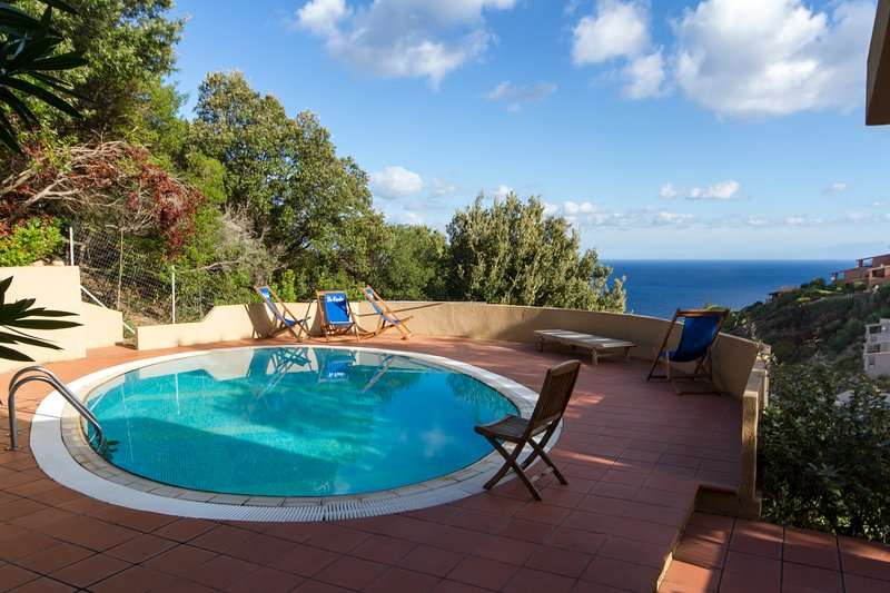Villa Gianna with private swimming pool and BBQ, location de vacances à Costa Paradiso