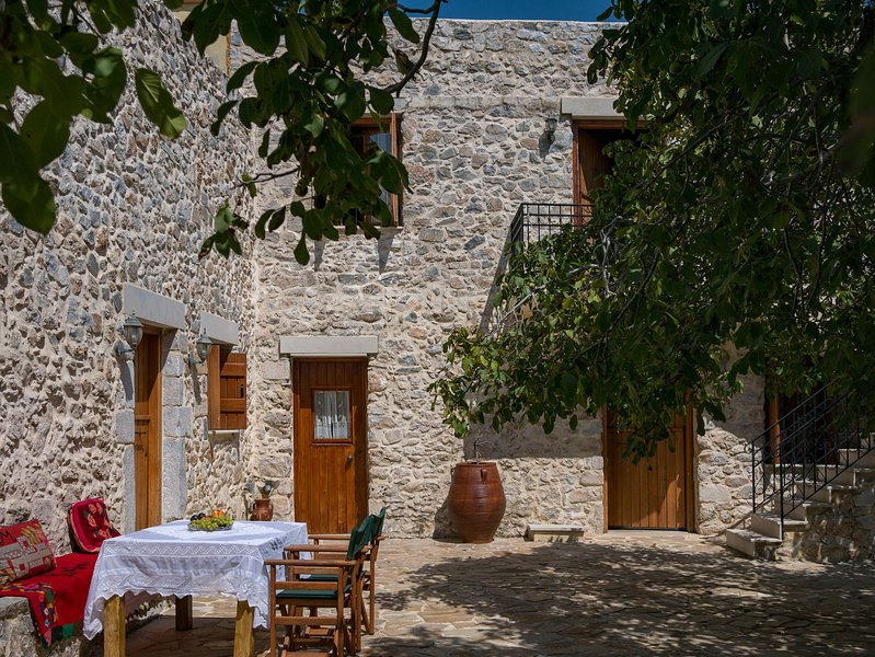 Hosting guests in a renovated 18th century house, holiday rental in Frangokastello