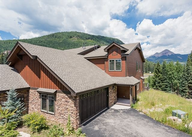 New Townhome Across from Purgatory - Awesome Views - Hot Tub - Shuttle, holiday rental in Durango