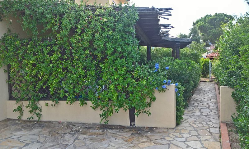 Indipendent house for 4 people with private terrace few steps from the beach, alquiler de vacaciones en Pittulongu