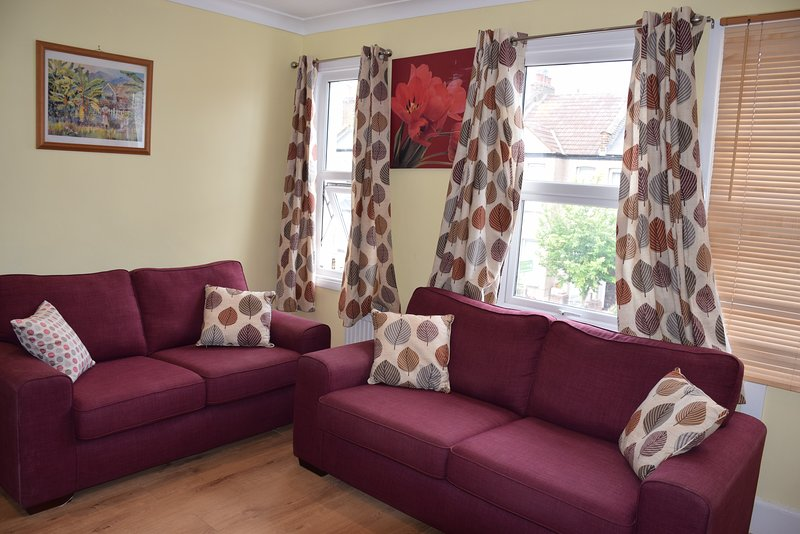 6 Bedrooms, 3 Bathrooms, 2 kitchens, 2 living/dining rooms,garden, sleeps 14, holiday rental in Sutton
