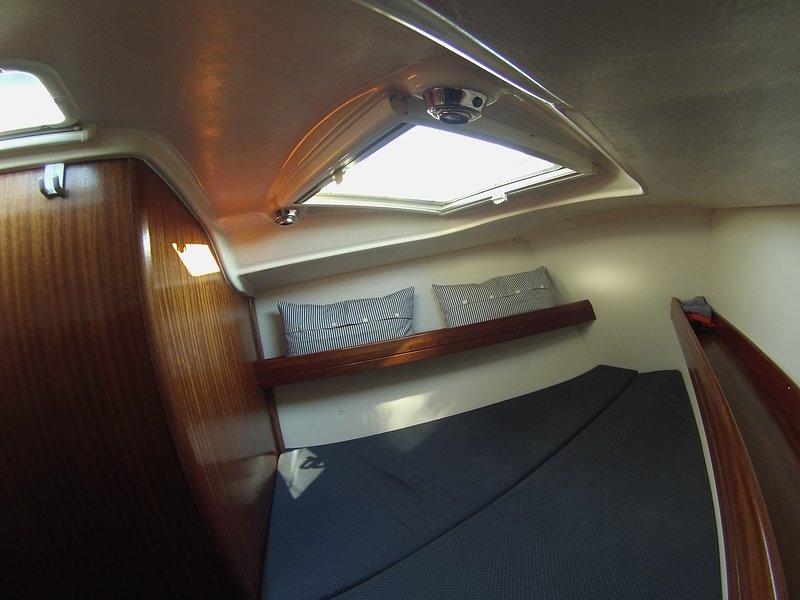 Ampliación de doble cabina en la proa, con dos ojos de buey en el cielo