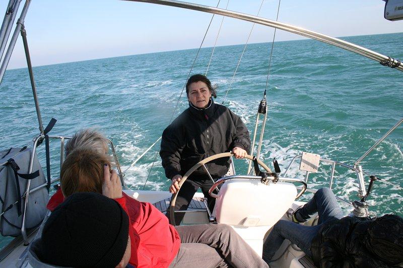 participar en las maniobras a bordo