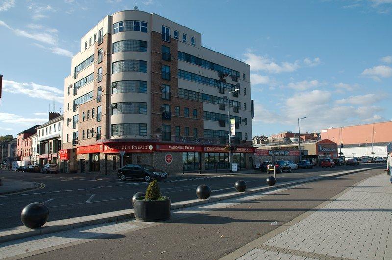 CITY CENTRE QUEENS COURT TWO BED APARTMENT DERRY, aluguéis de temporada em Derry