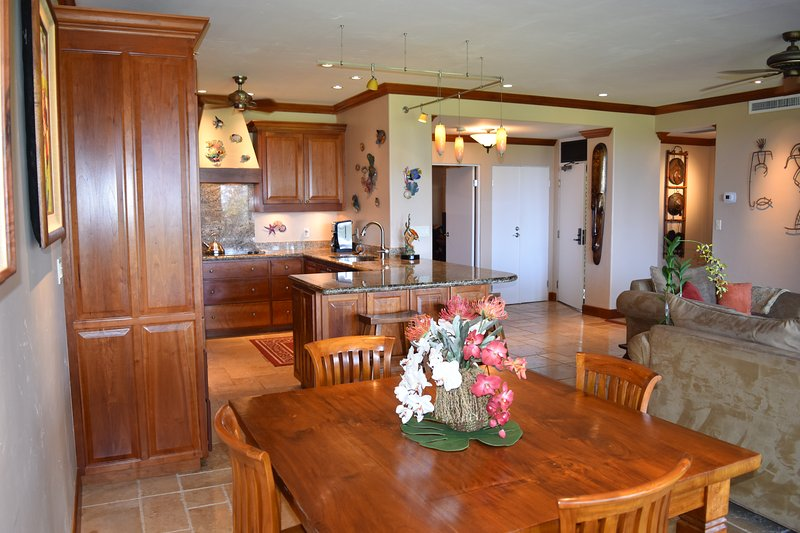 Spacious 1600 sq ft villa  Full kitchen, dining area  facing lanai, viewing golf course & ocean.