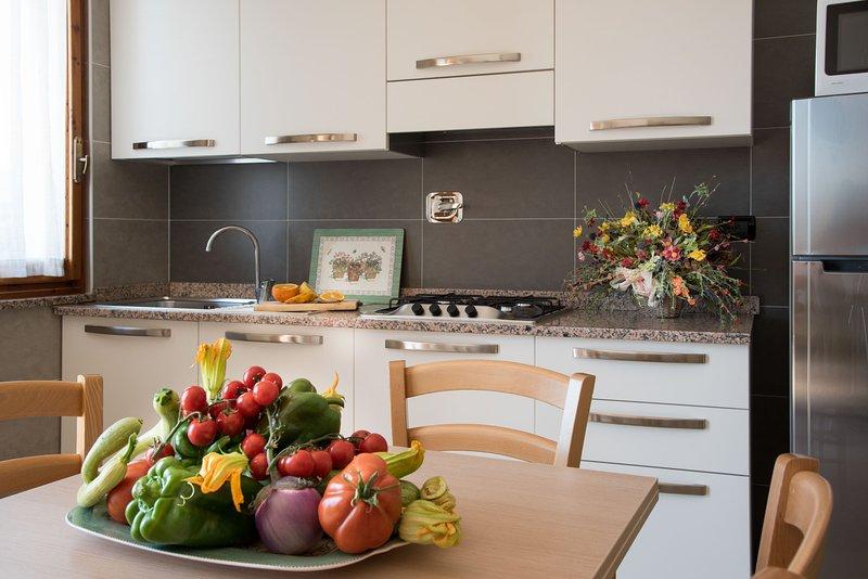 Esquina de la cocina moderna de la residencia Oleandro Riviera italiana con un bonito balcón para comer al aire libre