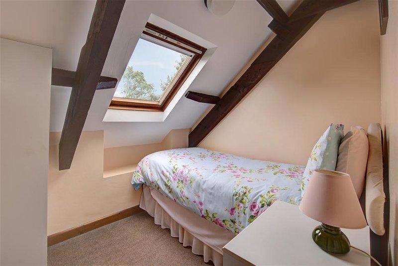 Um encantador quarto individual.