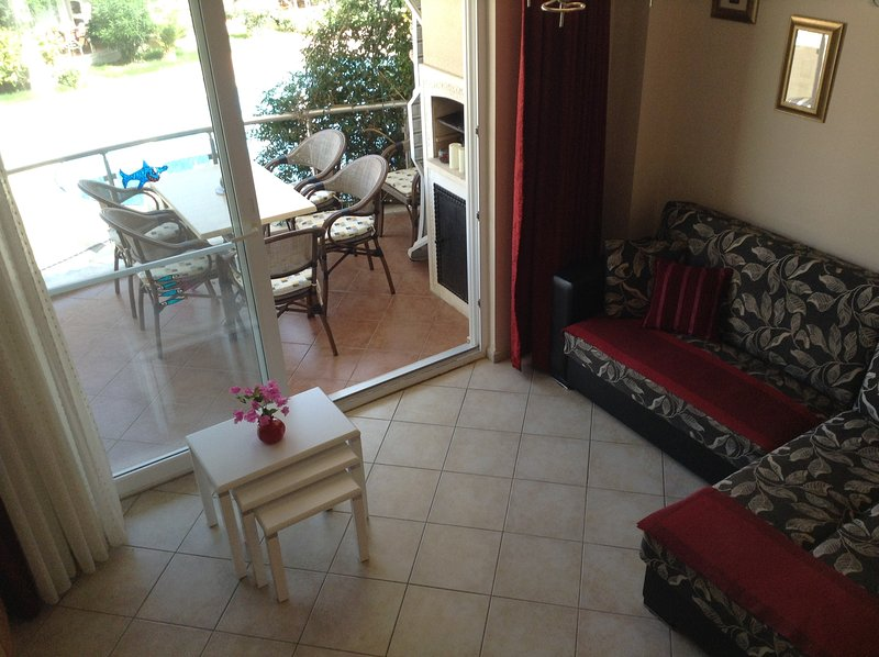 Open space soggiorno e balcone con costruito nel barbecue