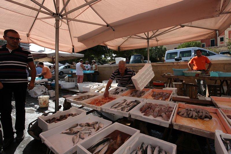 mercato giornaliero di strada fresco