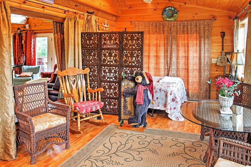 cómodas sillas y una mesa de comedor que animan a sentarse y relajarse en el interior.