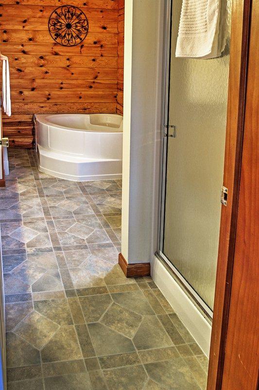 El baño principal cuenta con una ducha y bañera llena!
