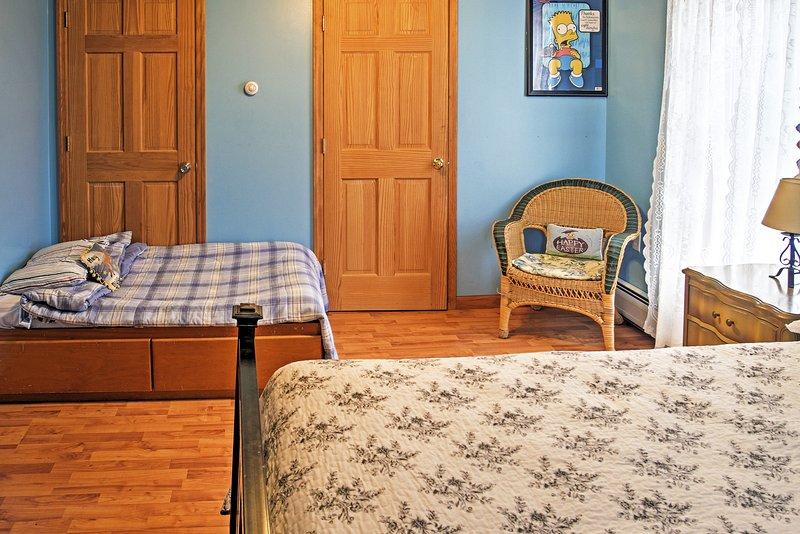 Esta habitación cuenta con una cama de matrimonio y una cama doble de tamaño.