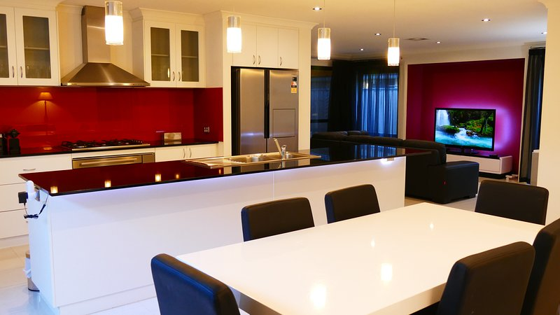 Rainbow JOY House, your Luxury Home away from Home! Enjoy a Cosy Lifestyle and great Location!