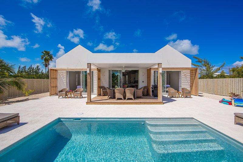 Turks and Caicos Grace Bay Beach Brand New Villa, alquiler de vacaciones en Leeward