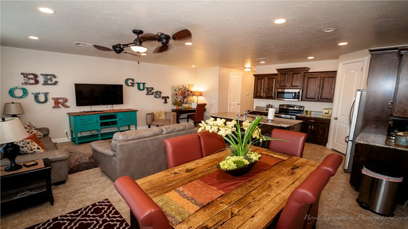ON SALE! 7TH NIGHT FREE! Gorgeous Getaway Near Zion, 4BR, Sleeps 10 adults, holiday rental in Zion National Park
