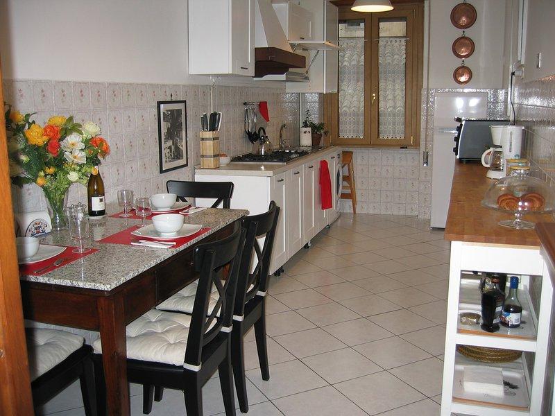 Grande italiano tradicional de comer na cozinha dispõe de uma mesa de cozinha antigo e restaurado com tampo em granito.
