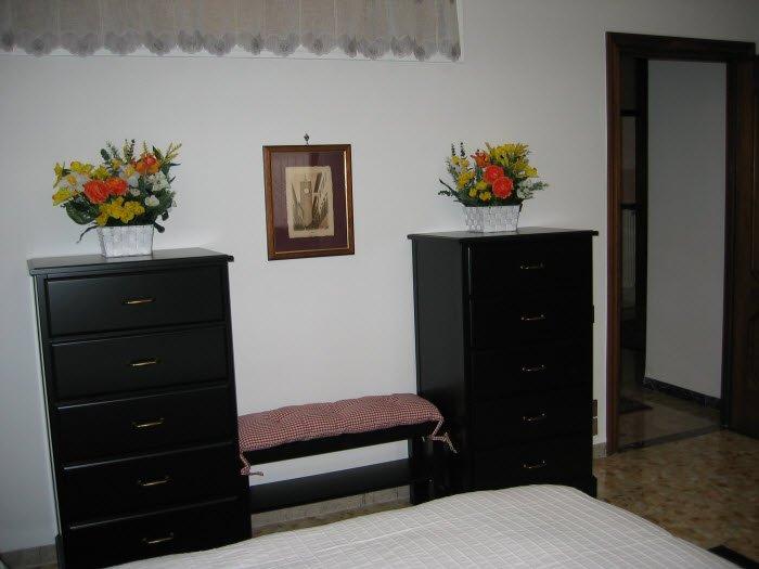 Dois cinco armários de gaveta plus grande armário dar muito espaço de armazenamento no quarto principal.