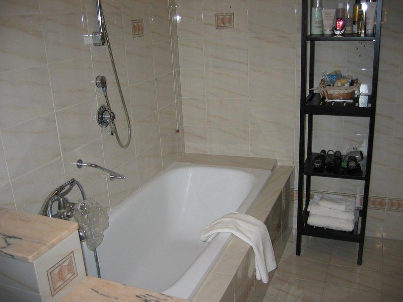 Tome um banho em uma banheira de boas-vindas depois de um longo dia de passeios Umbria.